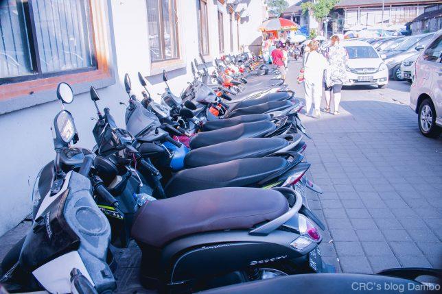 バイクがずらりと停められている様子